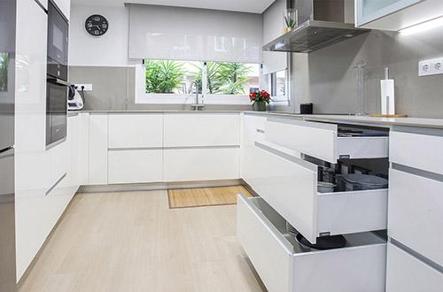 gabinetes de cocina blancos con una isla azul Reformas De Cocinas C Briegas Reformas De Baos Reformas